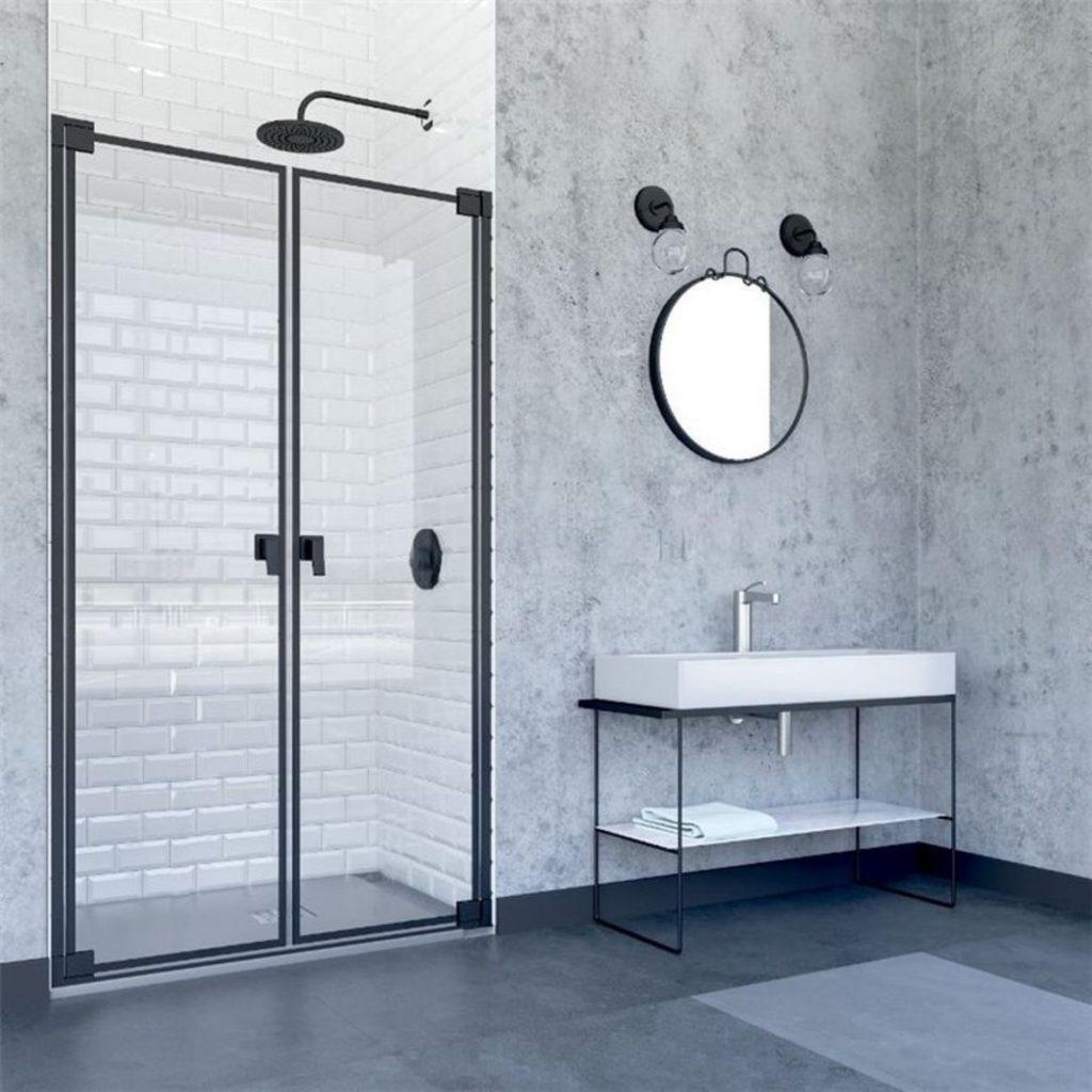 Mampara de ducha de estilo industrial con perfilería negra y cristales abatibles