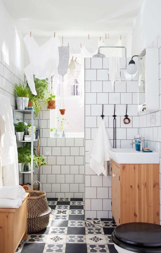 Cuarto de baño en blanco decorado con macetas y plantas de Ikea Baños 2017