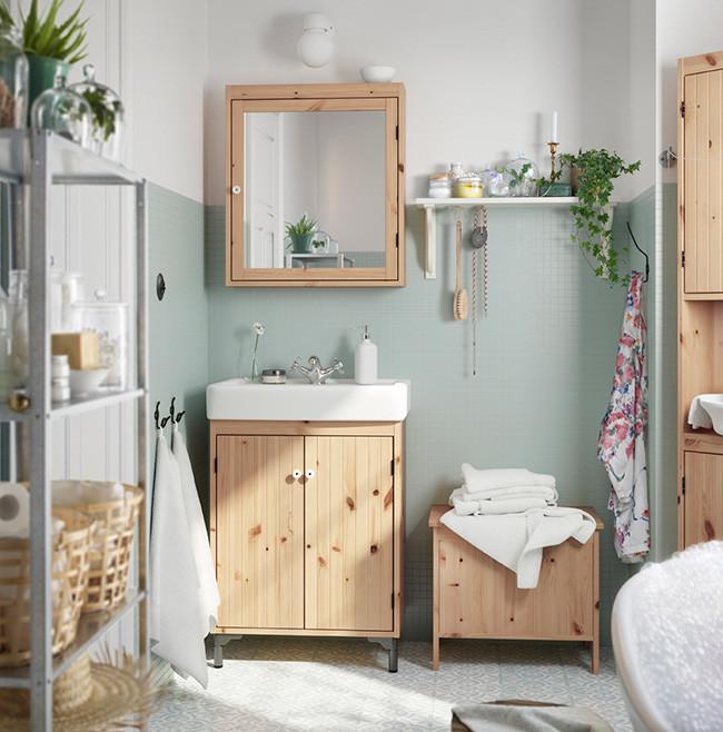 Baño de Ikea con madera y materiales naturales