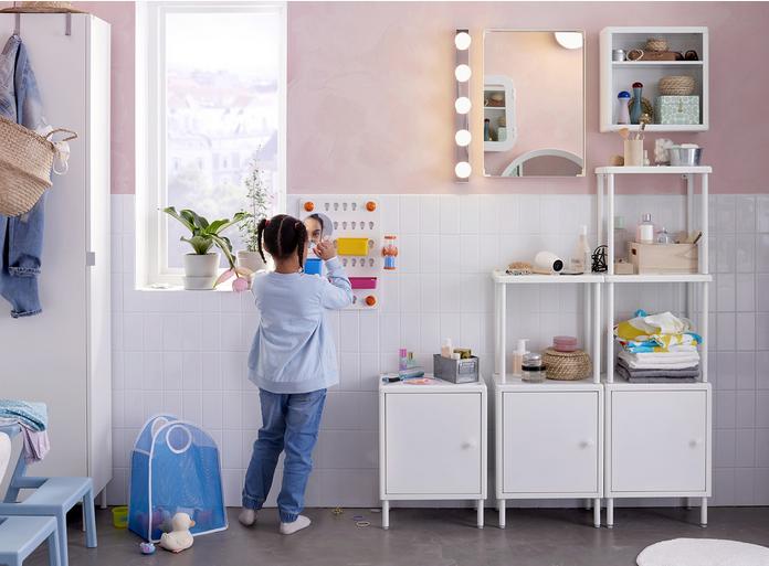 Niña que se arregla frente al espejo en un baño de Ikea bien aprovechado