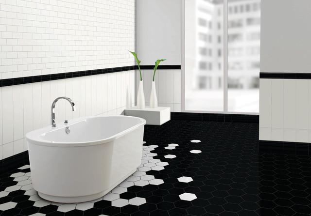 Bañera con suelo de baldosas hexagonales en blanco y negro