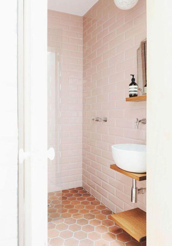 Baño con azulejos en tono rosa pálido