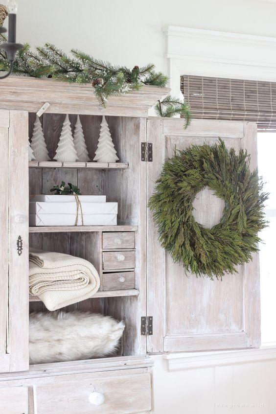 Armario de baño decorado con elementos naturales y de evocación navideña