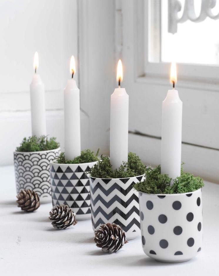 Velas en vasos con formas geométricas y piñas
