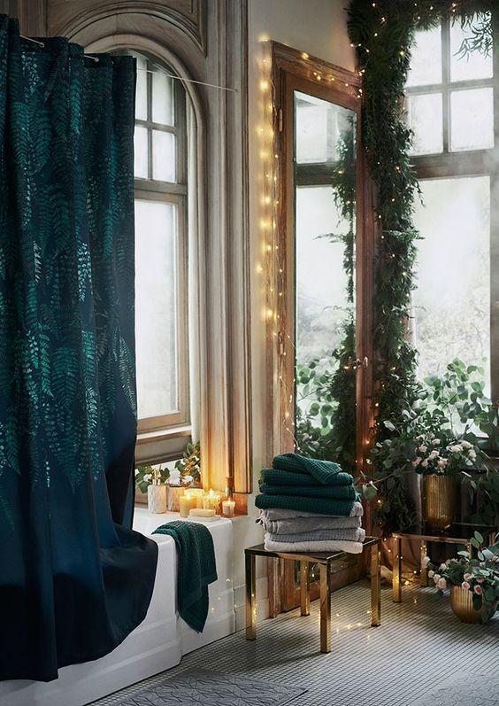 Decora tu baño por Navidad con luces y toques naturales