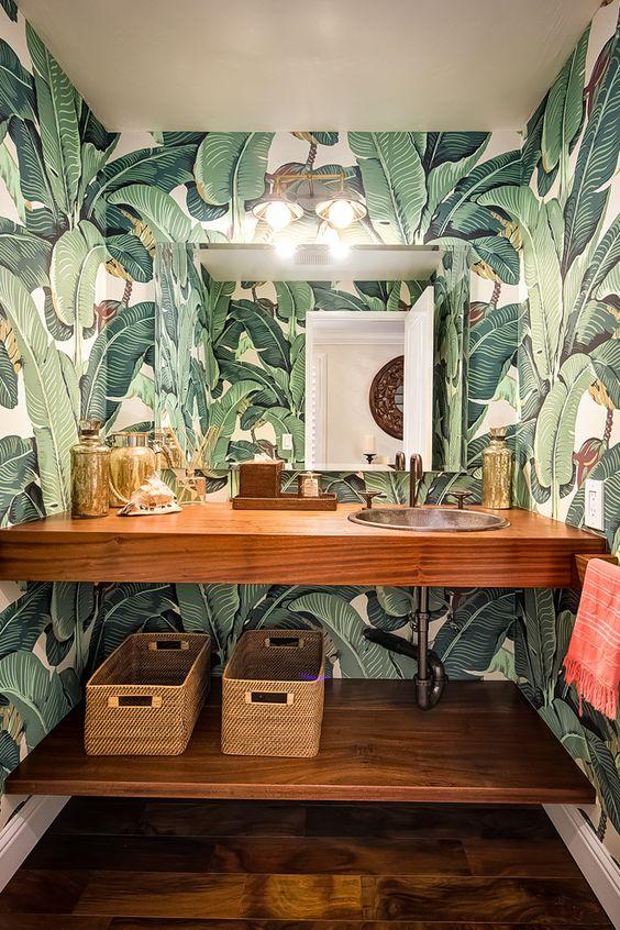 bano-con-papel-pintado-tropical