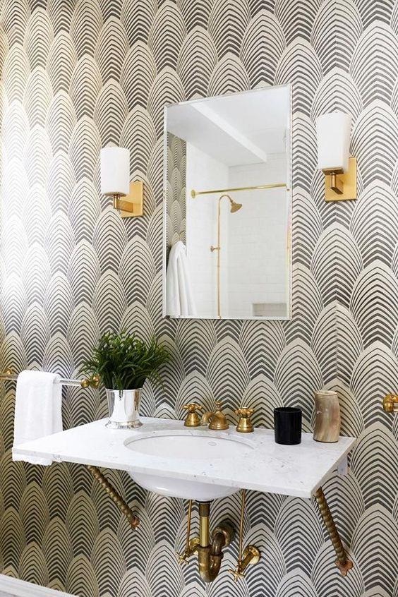 Cuarto de baño con papel pintado estilo art deco
