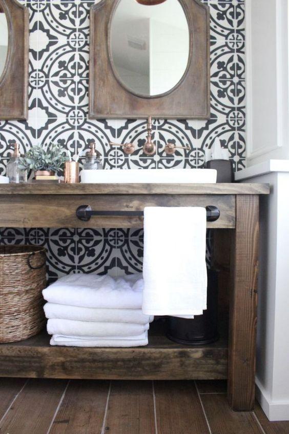 baño de muebles de madera y papel geometrico