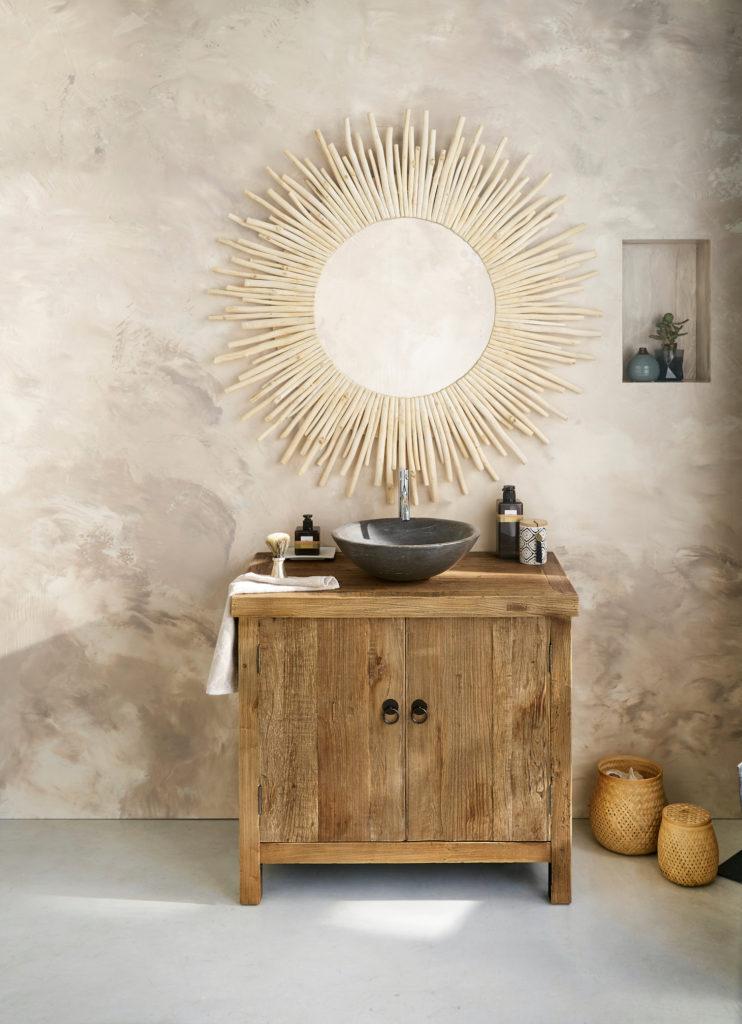 Baño con espejo tipo sol y mueble de lavabo rústico y natural