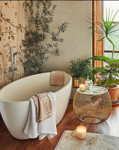 Un baño de lo más natural con velas y bañera exenta