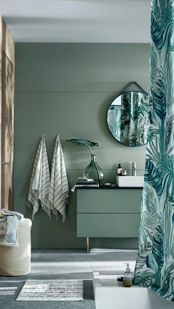 Baño con cortinas de motivos vegetales de H&M Home