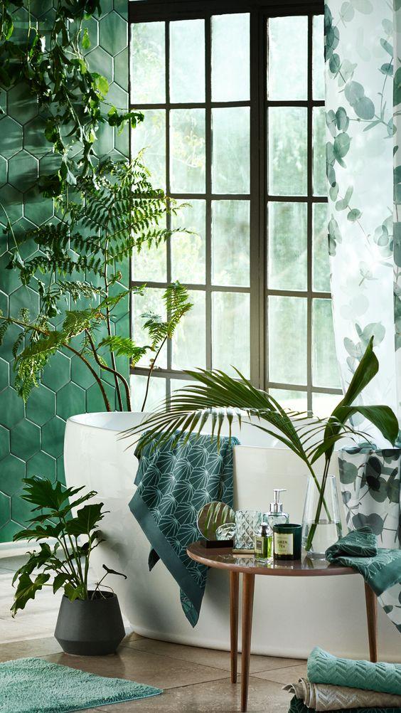 Baño decorado en tonos verdes y con plantas de H&M Home