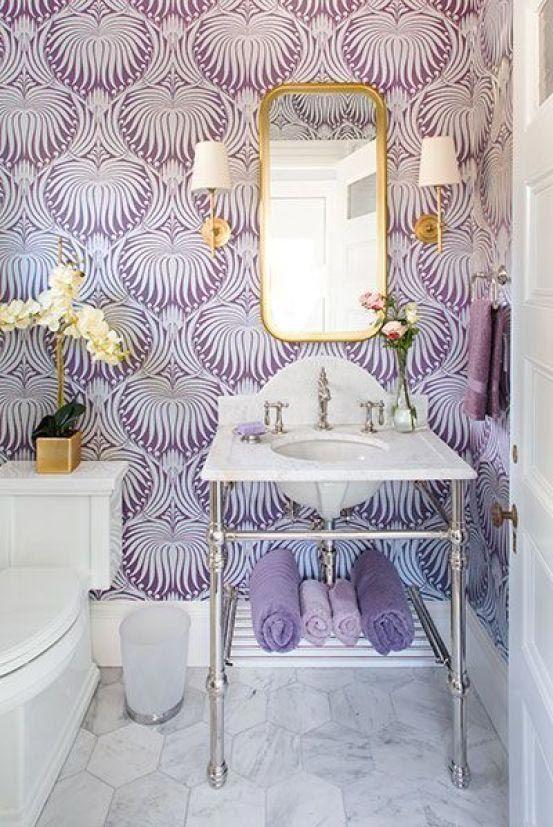 Baño de estilo vintage o retro con pared lavanda y elementos clásicos