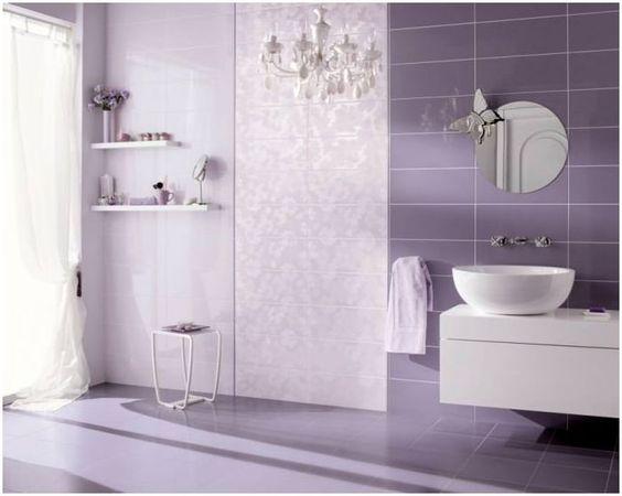 Baño estilo vintage con azulejos morados
