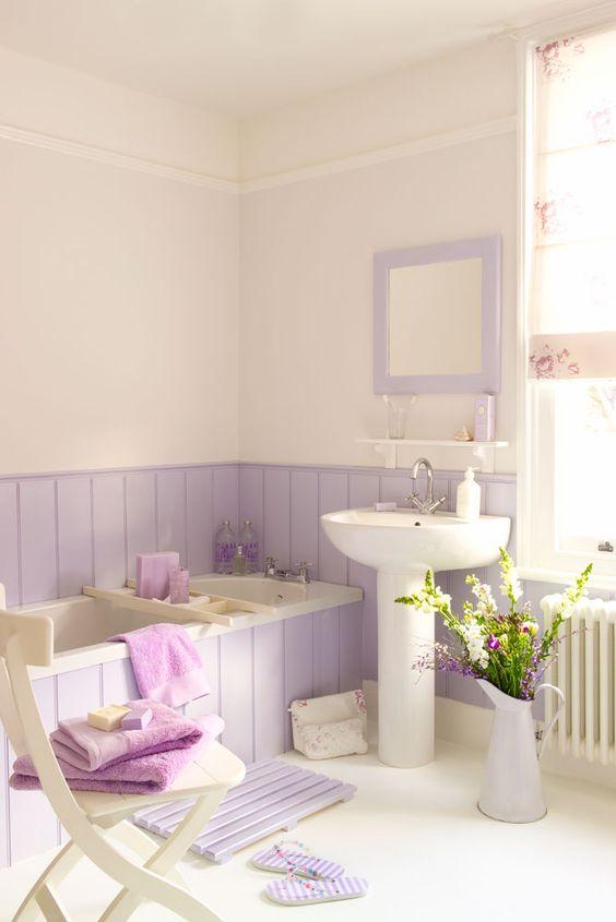 Baño de estilo rústico en color blanco y lavanda suave