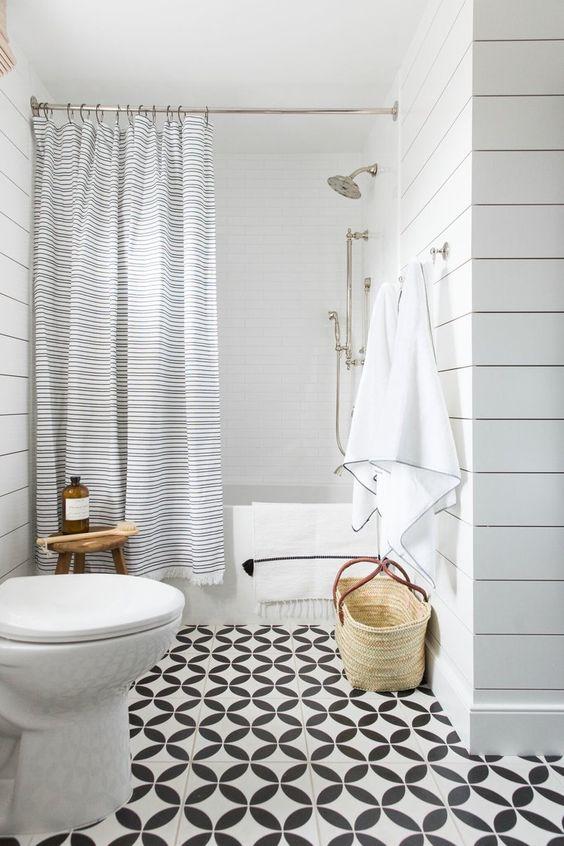 Baño en blanco y con taburete de madera