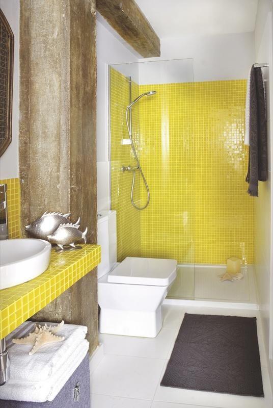 Cuarto de baño con fijo de ducha y azulejos en color amarillo limón