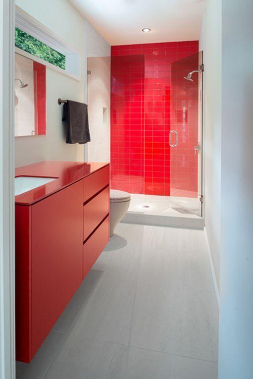 Fijos de ducha en baños modernos con baldosas y muebles a color
