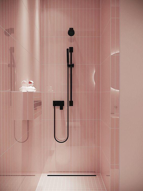Ducha con azulejos en color rosa pálido y grifería de ducha negra