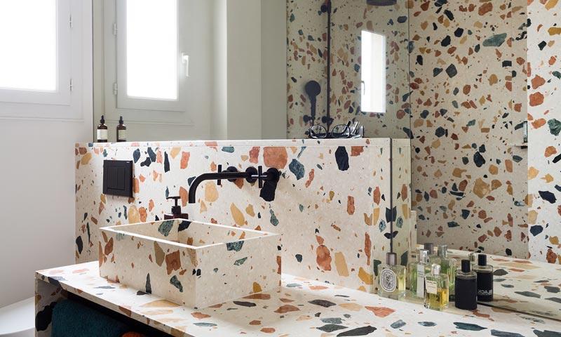 Terrazo en encimeras paredes y lavabos del baño