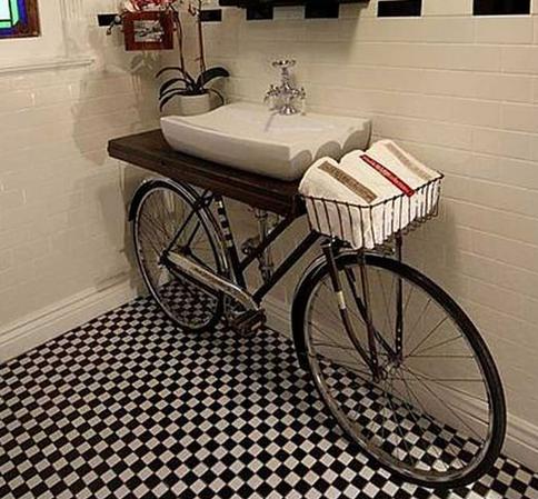 Bicicleta de forja que sujeta el lavabo en el baño