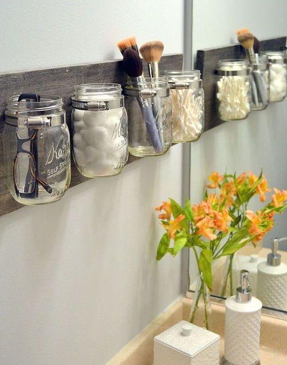 Tarros de cristal para almacenar enseres en el baño
