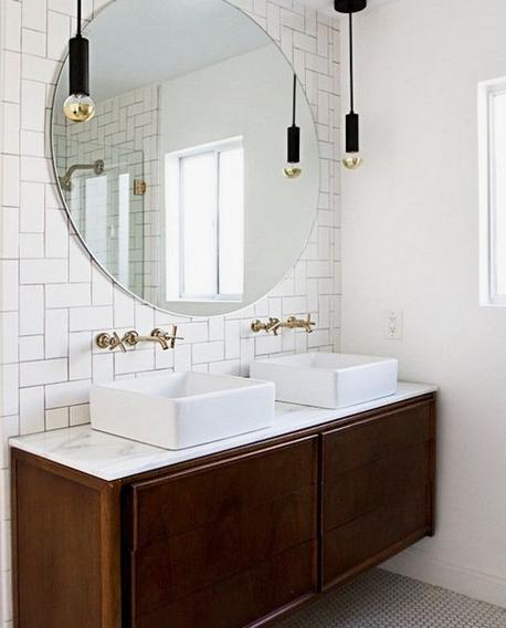 Baño vintage con grifos clásicos empotrados
