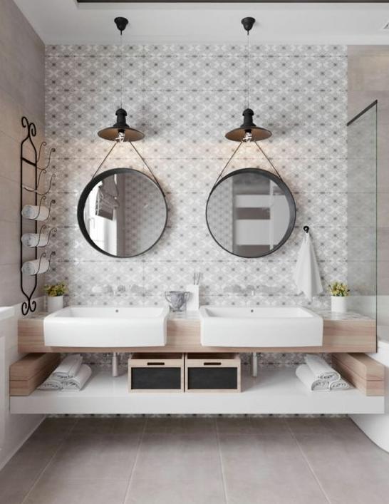 baño de doble tocador con dos espejos colgados