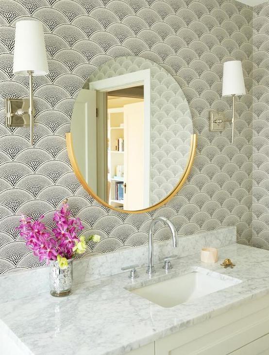 Espejo redondo en baño vintage con papel de pared art deco