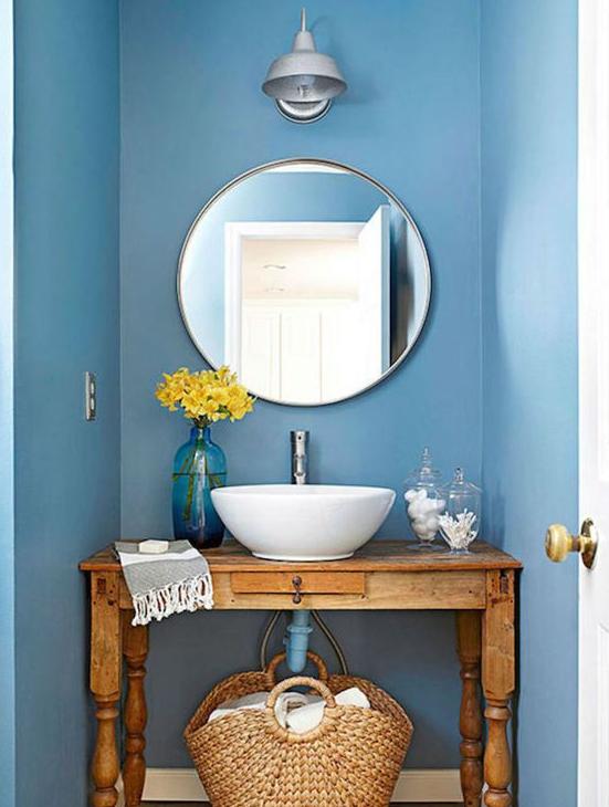 Espejo redondo en baño de estilo rústico