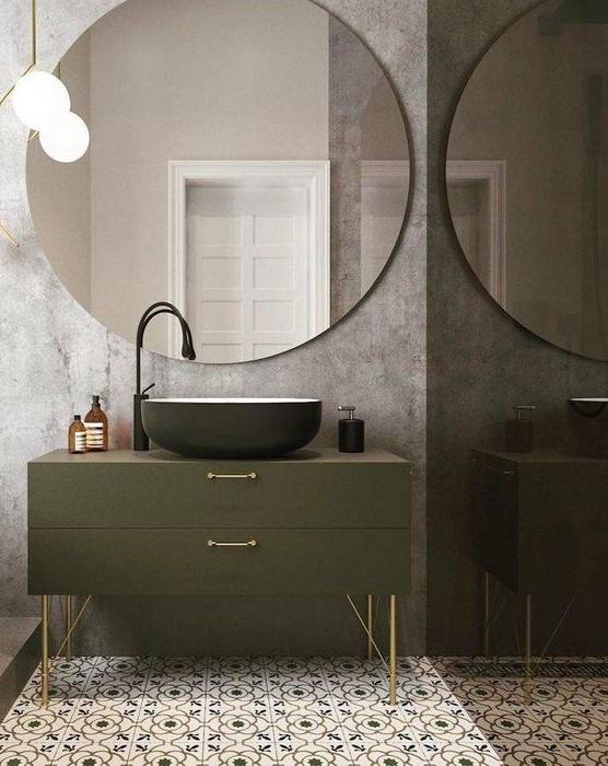 espejo redondo grande en baño vintage