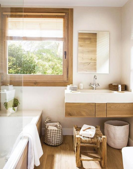 Hoja de bañera en baño con muchos elementos de madera