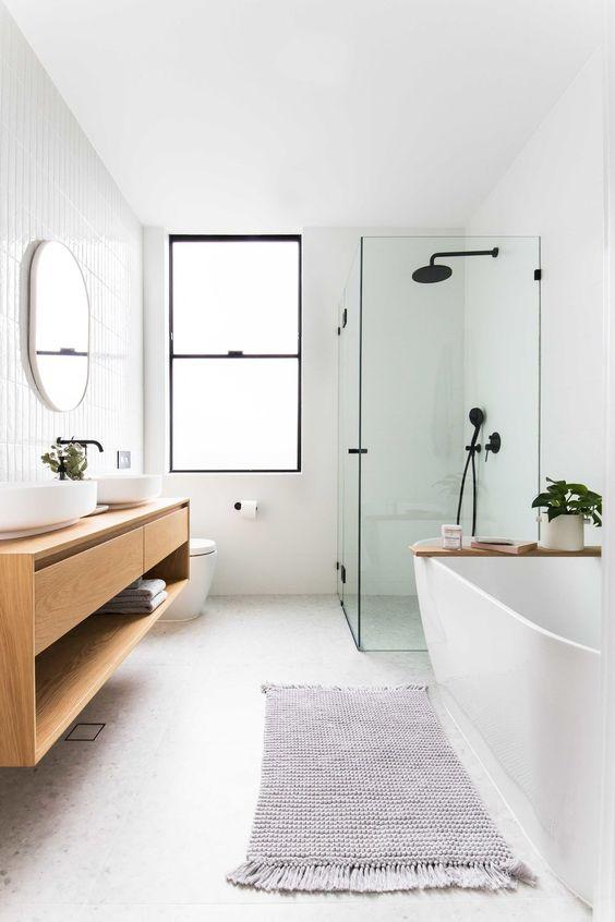 Mampara de ducha industrial en baño nórdico con bañera y encimera suspendida