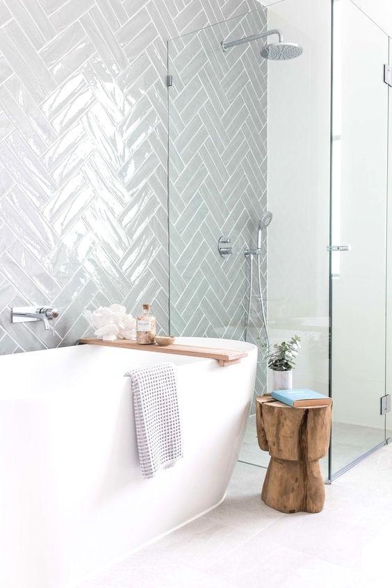 Baño despejado con bañera exenta y ducha
