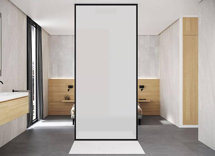 Mampara con vidrio opaco en habitación de diseño depurado