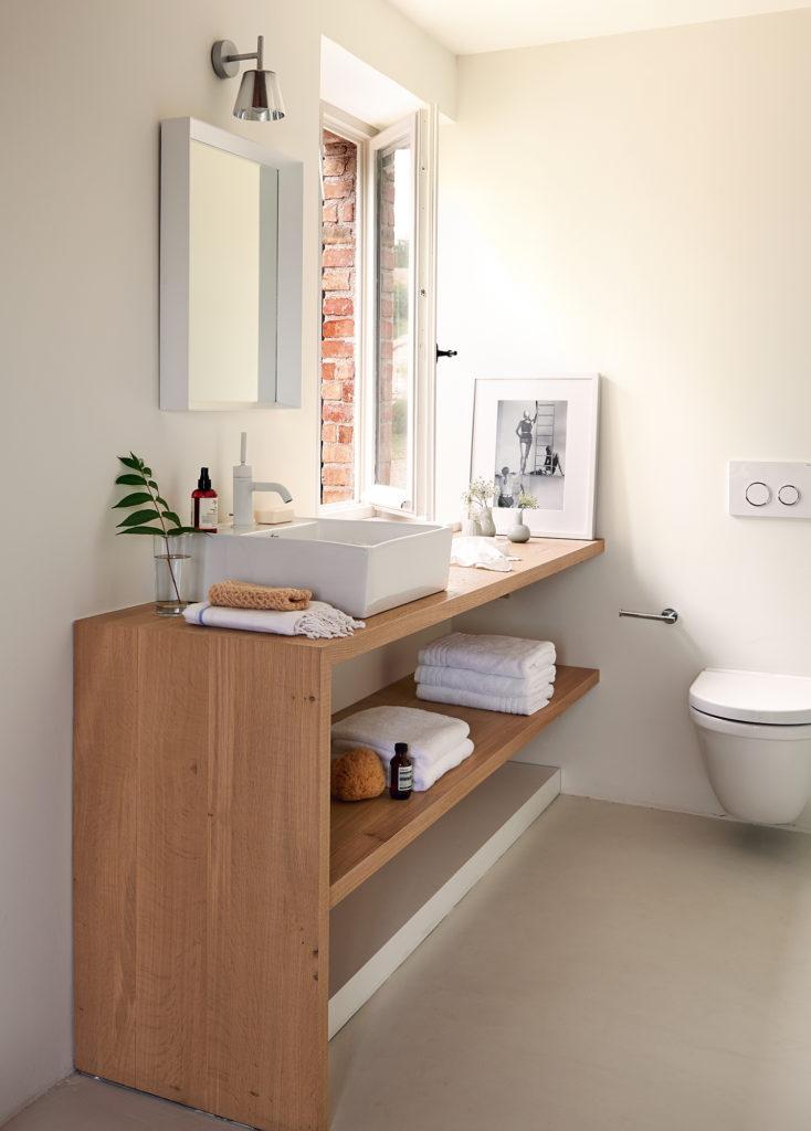 Baño pequeño con ventana y encimera con lavabo apoyado