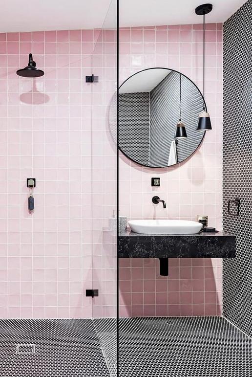 Baño con mampara de estilo industrial y fondo rosa