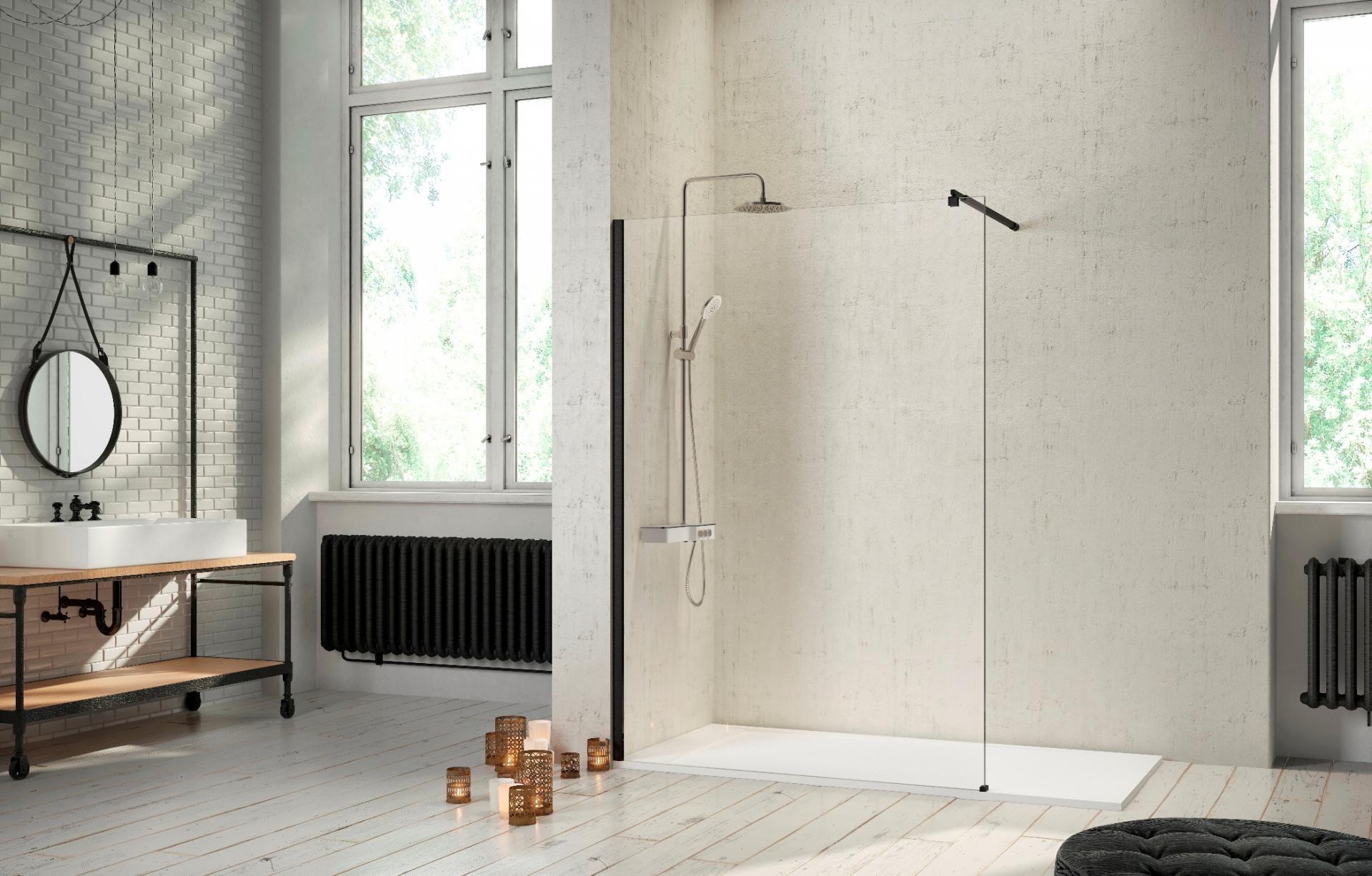 Baño de estilo industrial con mampara minimalista