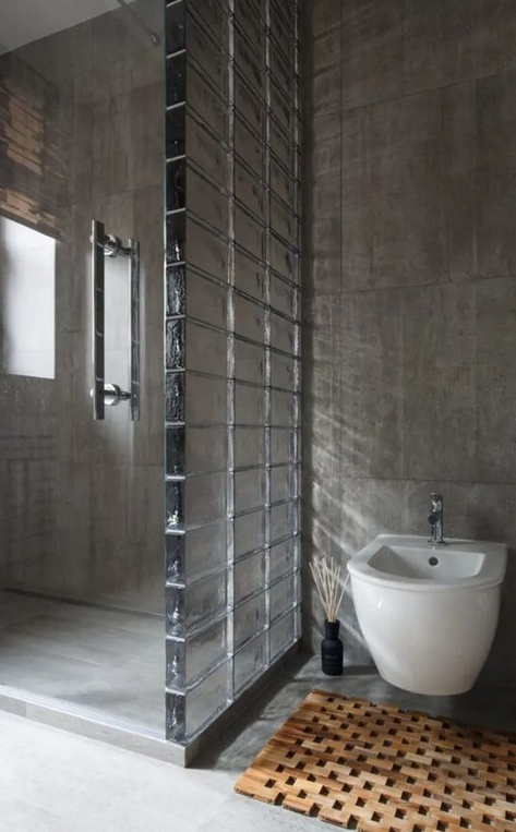 Mampara de pavés separando la ducha del inodoro