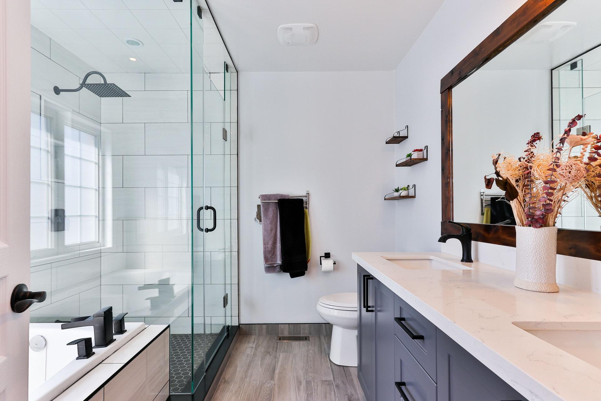 ¿Qué tipo de mampara de ducha es mejor? Claves en función de baños y usuarios