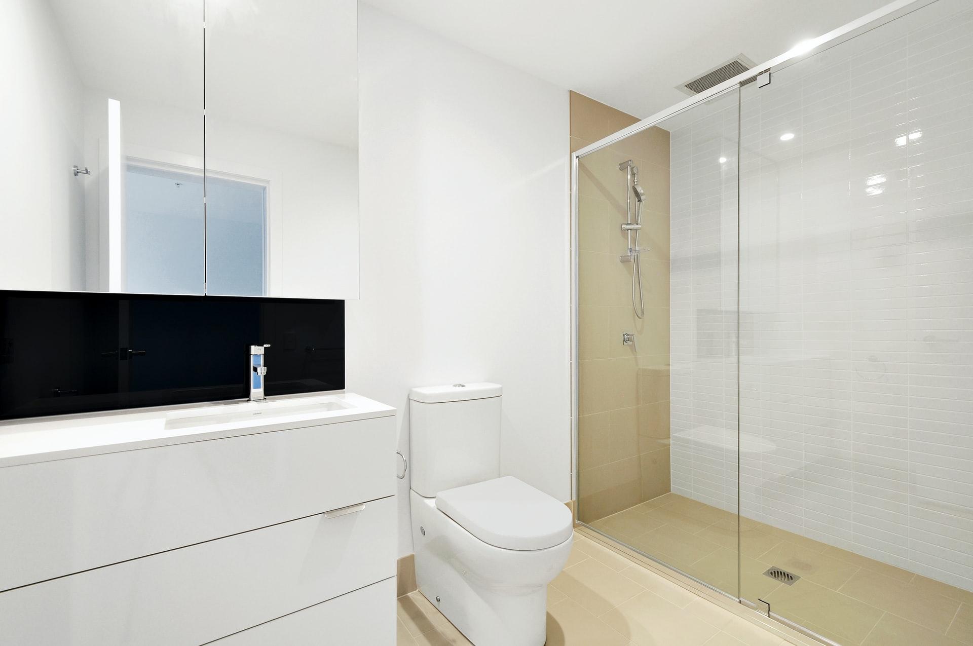 Cómo cambiar la mampara de ducha paso a paso